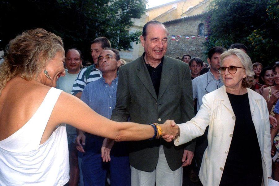 Jacques Chirac prend un bain de foule en compagnie de son épouse Bernadette, près du Fort de Brégançon.