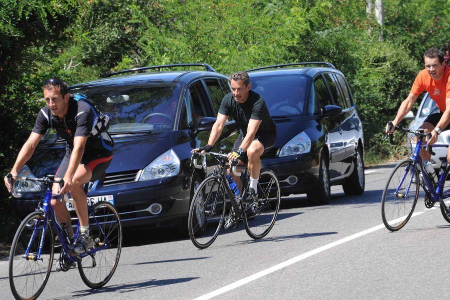 Nicolas Sarkozy s'adonne à son loisir préféré, la bicyclette, vers le Cap Nègre dans le sud de la France.