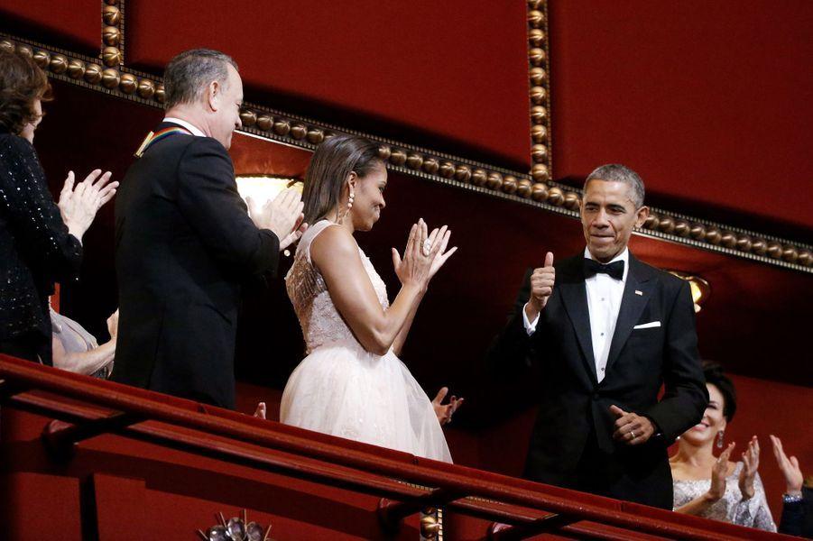 Barack et Michelle Obama avec Tom Hanks au gala des Honneurs du Kennedy Center à Washington, le 7 décembre 2014