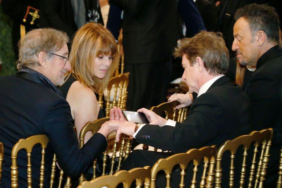 Steven Spielberg, Kate Capshaw, Martin Short et Bruce Springsteen à la Maison blanche à Washington, le 7 décembre 2014