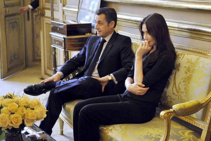 Le président a retrouvé l'amour : après leur mariage, c'est la première apparition officielle de Carla Bruni-Sarkozy.