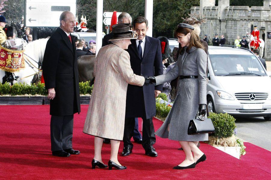 Carla fait forte impression à Londres : son élégance séduit les Britanniques et elle ne flanche pas lorsqu'elle rencontre la reine Elizabeth.