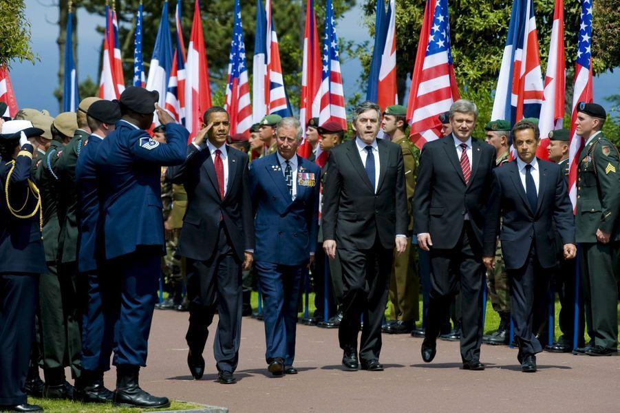 Le président Sarkozy accueille le monde à Colleville-sur-Mer, en Normandie, pour le 65ème anniversaire du débarquement. Le président américain Barack Obama, le prince Charles d'Angleterre, le premier ministre britannique Gordon Brown et le premier ministre canadien Stephen Harper sont présents. A cette époque, Nicolas Sarkozy affronte depuis 10 mois la pire crise économique depuis 1929.