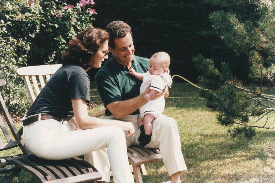 Avec sa deuxième épouse Cécilia, Nicolas Sarkozy devient papa d'un petit Louis.