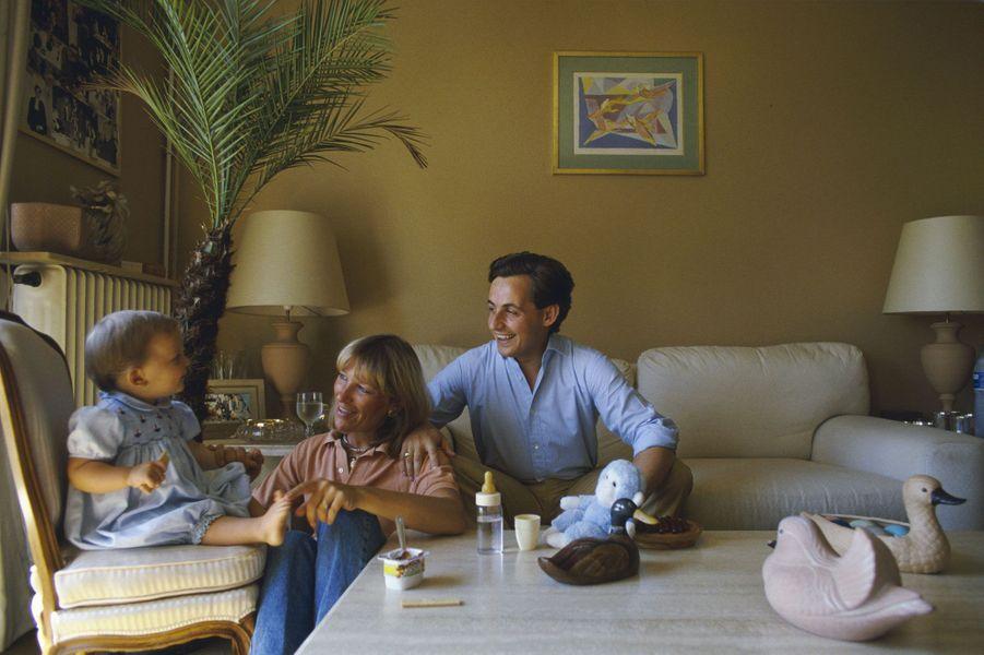 En 1985, le jeune maire de Neuilly pose avec son fils Pierre et son épouse Marie-Dominique pour Paris Match.