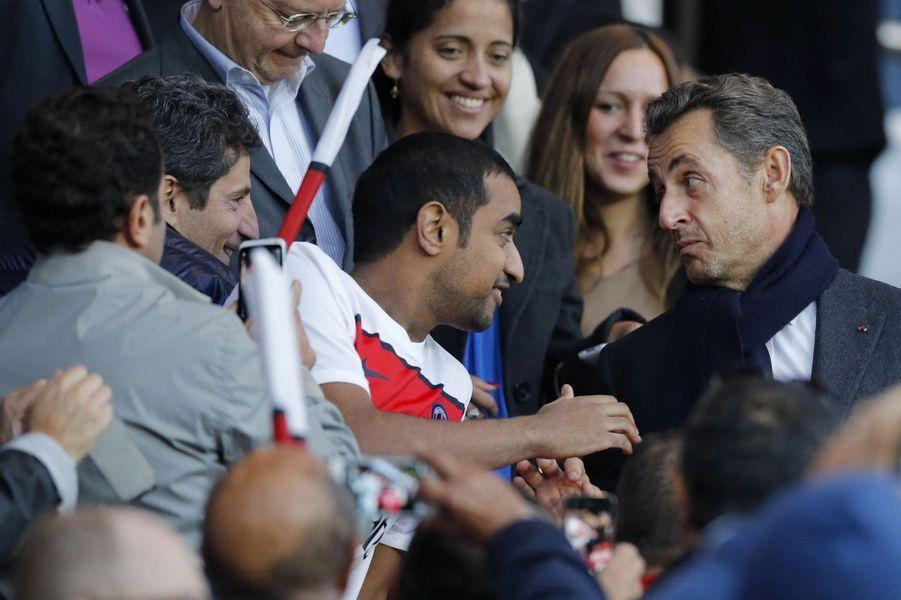 Dans les tribunes du parc des Princes, dont il est un habitué, Nicolas Sarkozy réapparaît dès le mois de septembre 2012. Il arbore alors une barbe de trois jours et son entourage répète encore que son retour n'est pas à l'ordre du jour.