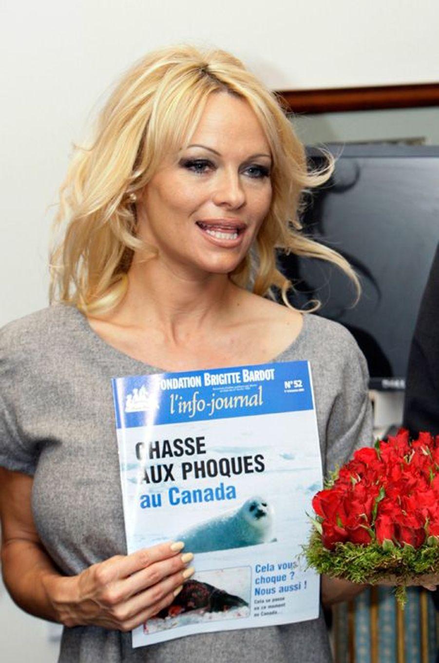 La star lutte avec la Fondation Brigitte Bardot contre la chasse aux phoques au Canada, à Paris, le 14 février 2008