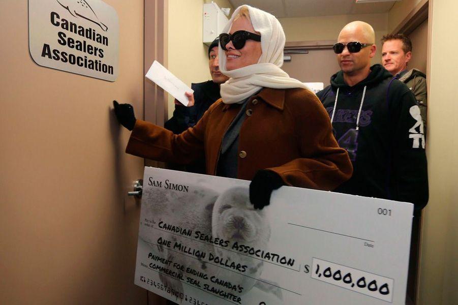 Pamela Anderson apporte un chèque d'un million de dollars à la Canadian Sealers Association, décembre 2013