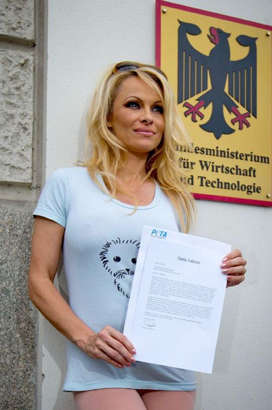 Pamela Anderson donne une pétition au ministère de l'Economie allemand au nom de la PETA pour l'arrêt de la chasse aux phoques, à Berlin