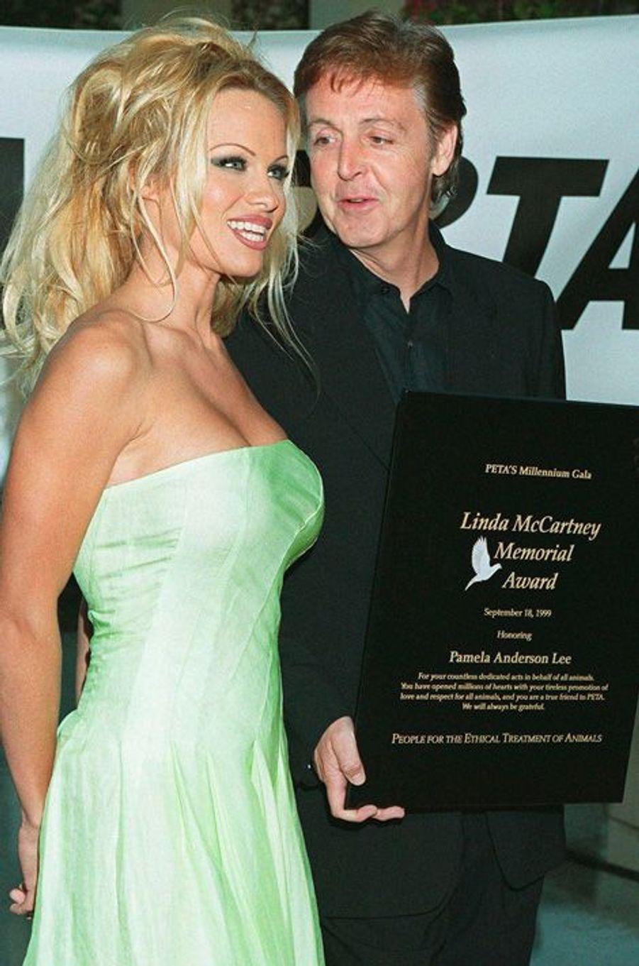 Pamela Anderson reçoit le Linda McCartney Award pour son engagement avec la PETA, septembre 1999