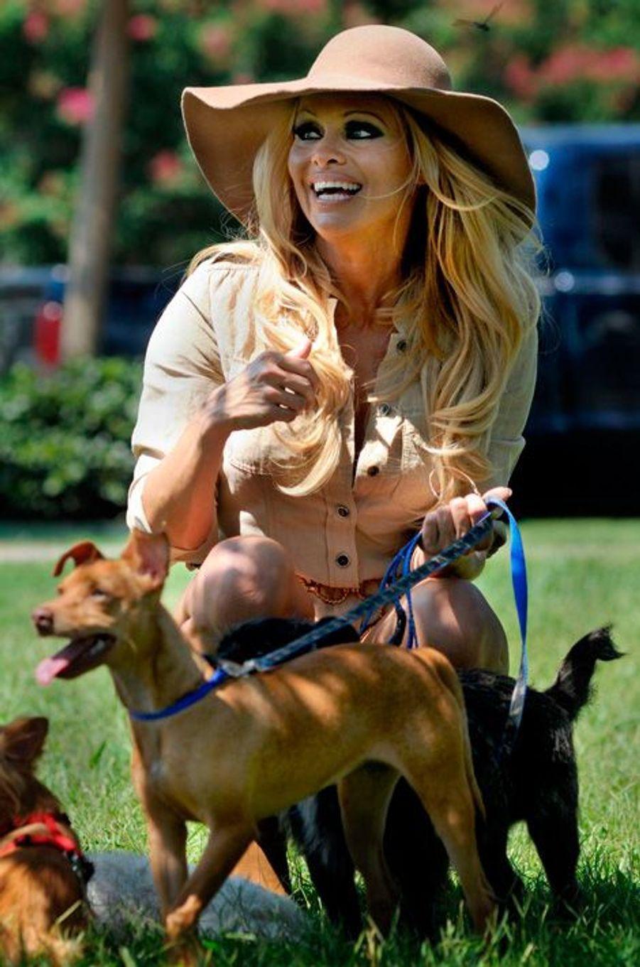 Pamela Anderson se ballade avec le meilleur ami de l'homme