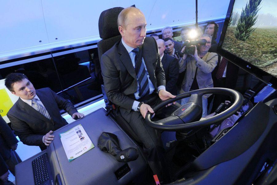 Vladimir Poutine aux commandes d'un simulateur de conduite de locomotive, en avril 2012