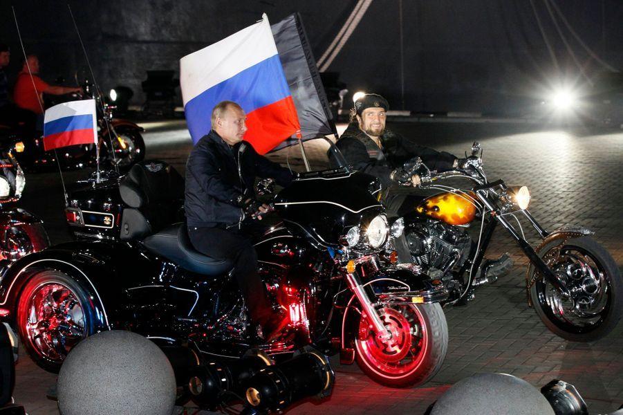 Vladimir Poutine en biker de nuit, en août 2011
