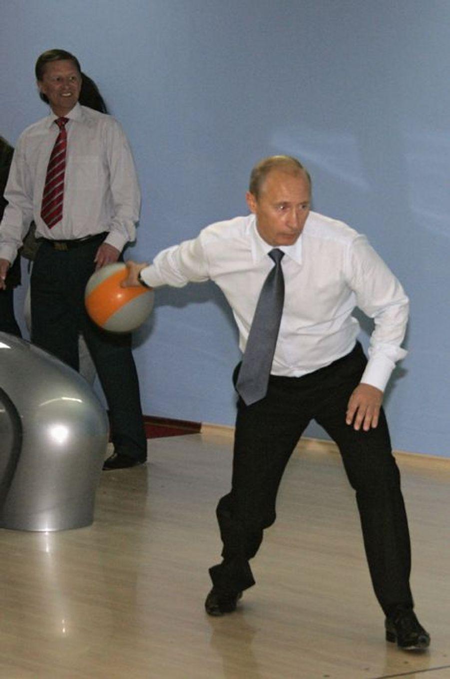 Vladimir Poutine joue au bowling à Vilyuchinsk, en septembre 2007