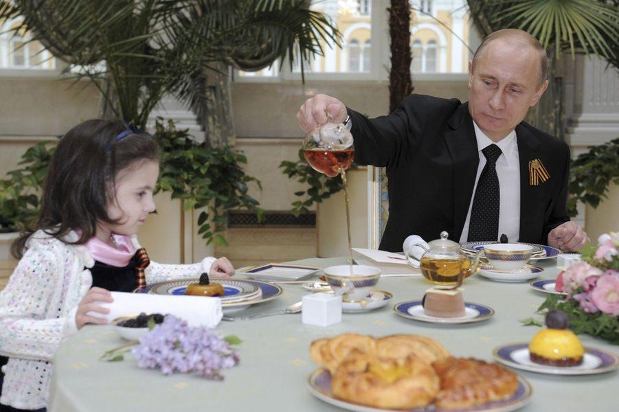 Vladimir Poutine reçoit au Kremlin Sonya, une petite fille atteinte d'un cancer, en mai 2012