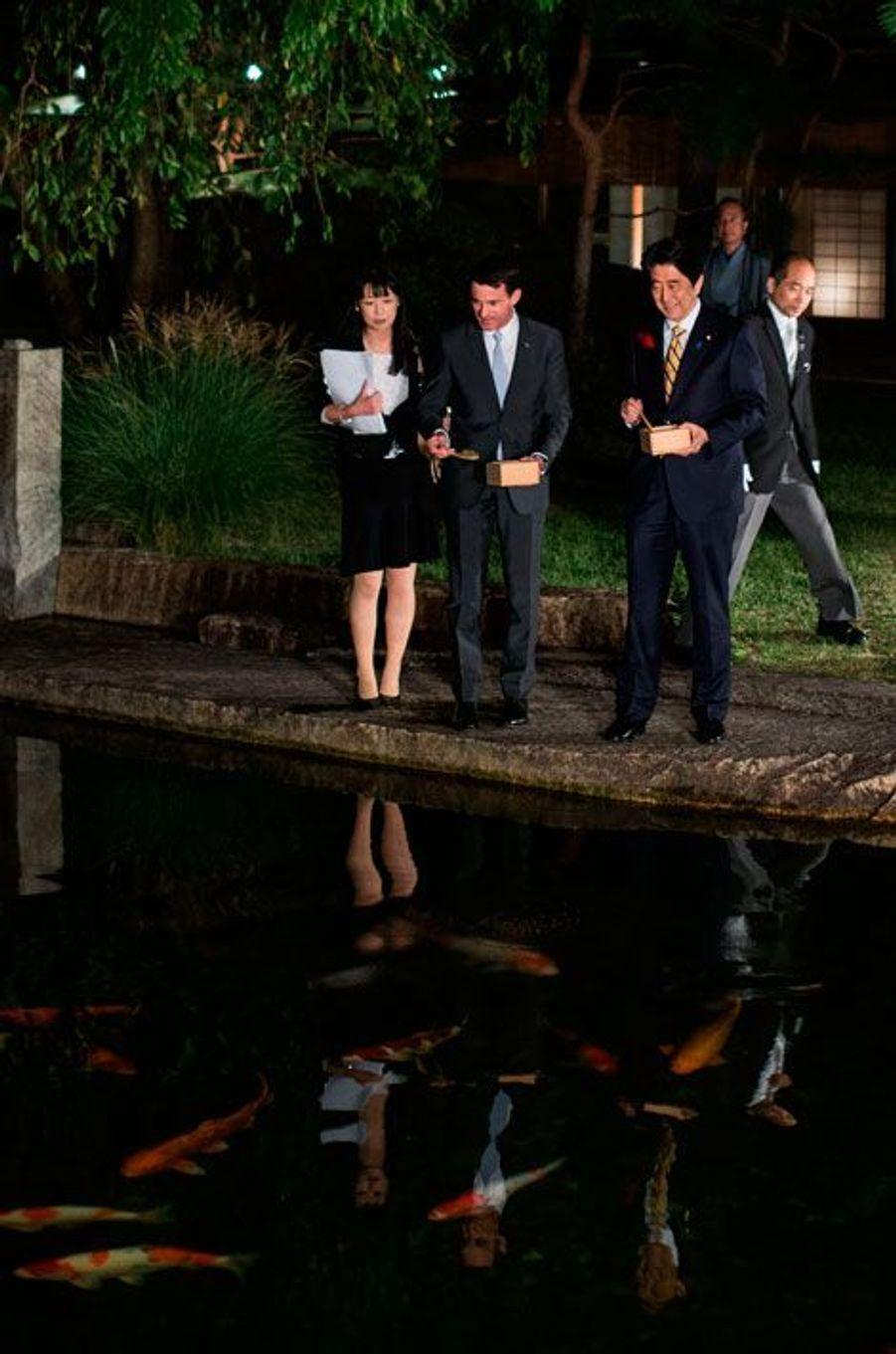 Manuel Valls et le Premier ministre japonais Shinzo Abe nourrissent des carpes