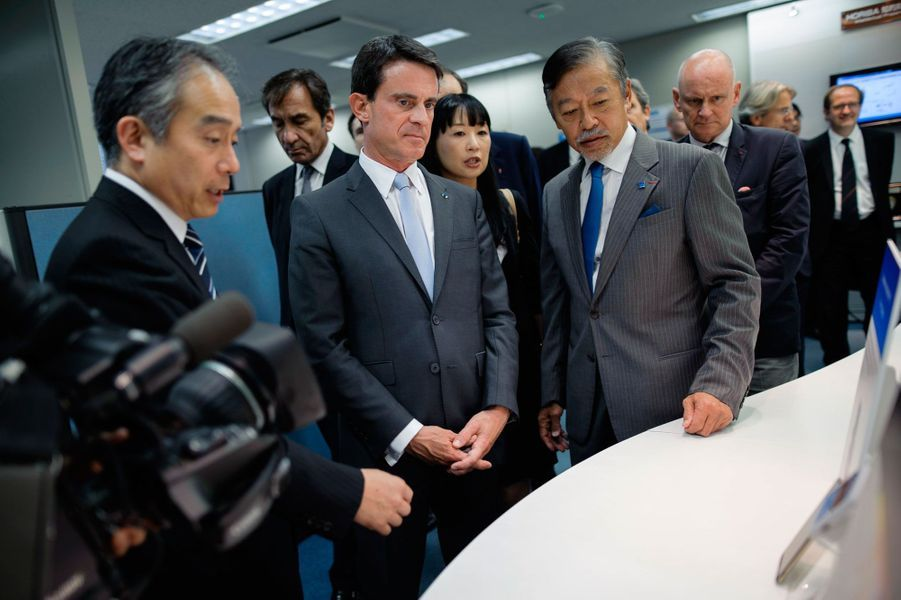 Manuel Valls visite l'entreprise Horiba