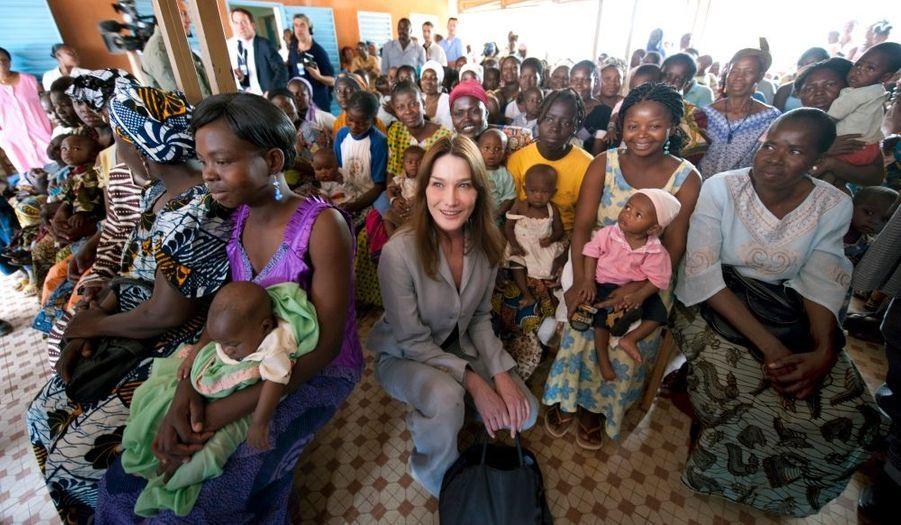 """Ambassadrice du Fonds mondial contre le sida, la tuberculose et le paludisme, Carla Bruni-Sarkozy a affirmé à Ouagadougou qu'elle mettrait """"toute son énergie"""" pour plaider la cause des malades. La Première dame a visité le pavillon des malades du sida et des enfants en traitement, au centre hospitalier national du Burkina. L'épouse du président a ensuite tenu une séance de travail avec les acteurs de la lutte contre le sida. """"J'ai bien pris note de ce que vous m'avez demandé, j'ai bien l'intention de plaider notre cause. Je ne prends pas du tout à la légère mon engagement"""", a déclaré Carla Bruni-Sarkozy."""
