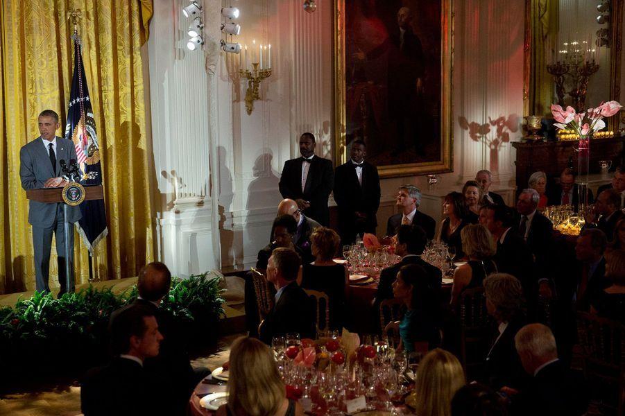 Dans la soirée du 31 juillet, Barack Obama, sa femme Michelle et Katy Perry ont commémoré l'anniversaire des «Special Olympics». «Special Olympics» est une association qui permet aux enfants et adultes atteints de troubles mentaux de pratiquer un sport tout au long de l'année. Pour l'occasion, le président des Etats-Unis s'est fendu d'un discours et a organisé le dîner à la Maison Blanche en présence de sa femme. La chanteuse pop a quant elle chanté devant un public d'«happy few». «Special Olympics» organise plus de 70 000 compétitions par an dans 170 pays et touche 4,4 millions de personnes.