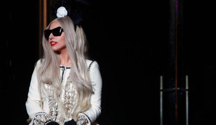 """Comme chaque année, l'organisation """"Do Something"""" a établi un classement des stars hollywoodiennes les plus engagées dans des causes humanitaires. Première de ce classement, Lady Gaga devance Justin Bieber grâce à sa Born This Way Foundation. Ses partenariats sont nombreux, notamment avec le magasin Barney's ou avec la marque de cosmétique MAC, pour qui elle a créé un rouge à lèvres dont l'argent de la vente va directement à des associations de lutte contre le Sida."""