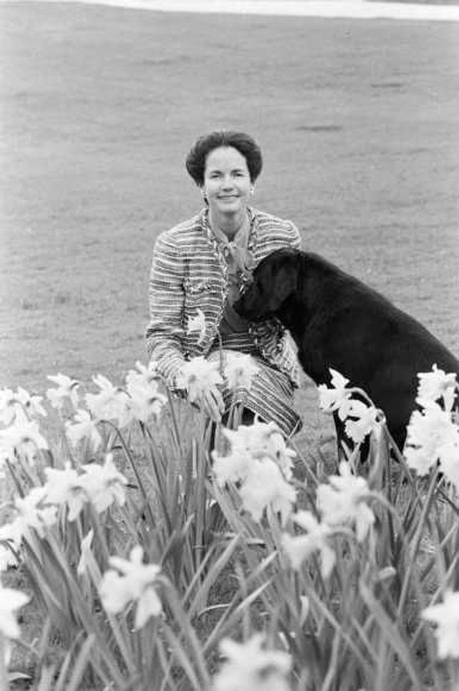 Née le 10 avril 1933 dans le VIIIe arrondissement de Paris, Anne-Aymone Giscard d'Estaing (sur le cliché en mai 1980) est l'épouse depuis 1952 de Valéry Giscard d'Estaing, qui fut le 20e président de la République française du 27 mai 1974 au 21 mai 1981. Le couple a quatre enfants: Valérie-Anne, née le 1er novembre 1953, Henri, né le 17 octobre 1956, Louis, né le 20 octobre 1958, et Jacinte, née le 3 mai 1960. Anne-Aymone Giscard d'Estaing est aussi la présidente de la Fondation pour l'enfance, qu'elle a créée en 1977 et qui vient en aide aux enfants ne pouvant pas être hébergés dans de bonnes conditions –son action la plus visible étant la soirée de bienfaisance annuelle au château de Versailles.