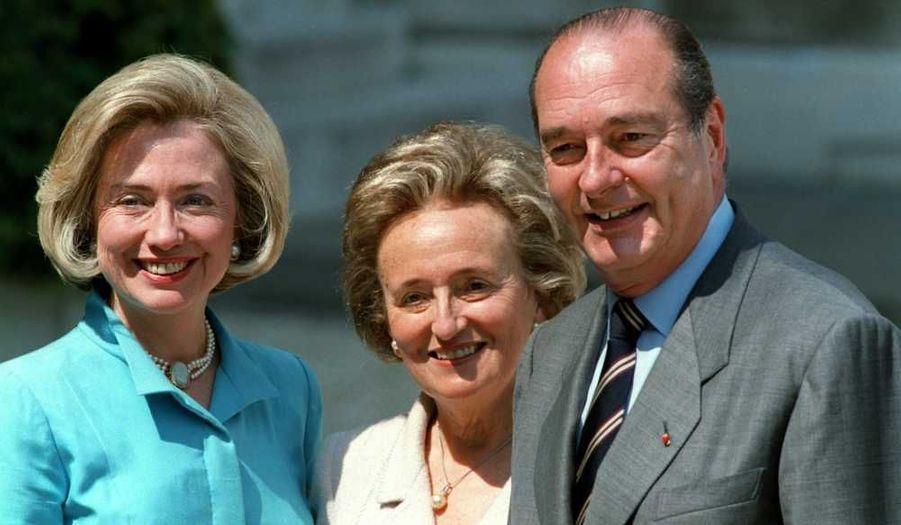 Née le 18 mai 1933 à Paris, et épouse depuis 1956 de Jacques Chirac, 22e président de la République française du 17 mai 1995 au 16 mai 2007. Le couple a eu deux enfants: Laurence, née le 4 mars 1958, et Claude, née le 6 décembre 1962, et a aussi une fille dite de cœur, Anh Đào Traxel, née le 22 août 1957. Son engagement caritatif le plus connu est l'Opération pièces jaunes, avec la Fondation Hôpitaux de Paris-Hôpitaux de France. La photo a été prise en mai 1998. M. et Mme Chirac posent avec la First Lady américaine de l'époque, Hillary Clinton.