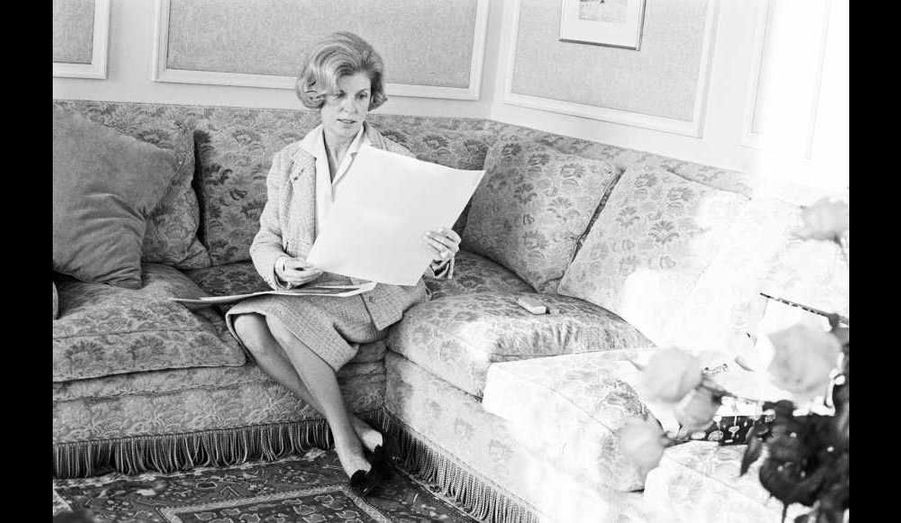 Née le 13 novembre 1912 à Château-Gontier (Mayenne) et décédée le 3 juillet 2007 à Paris (4e arrondissement), Claude Pompidou (ici en décembre 1962) était l'épouse de Georges Pompidou, 19e président de la République française du 20 juin 1969 au 2 avril 1974 –lui-même décédé le 2 avril 1974. Le couple avait un fils adoptif, Alain, né en 1942. Elle a créé en 1970 la Fondation Claude Pompidou, qui soutient les personnes âgées, les malades hospitalisés et les enfants handicapés, et qu'elle présida jusqu'à sa mort.
