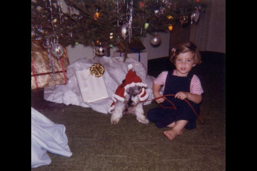 Caroline Kennedy avec son chien au pied du sapin de Noël en janvier 1961.