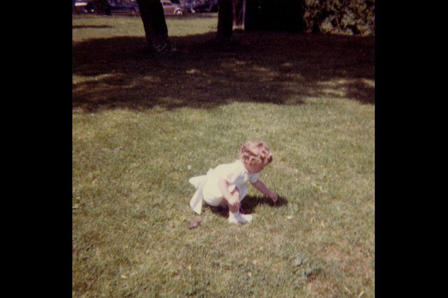 Caroline Kennedy cueille des brins d'herbe