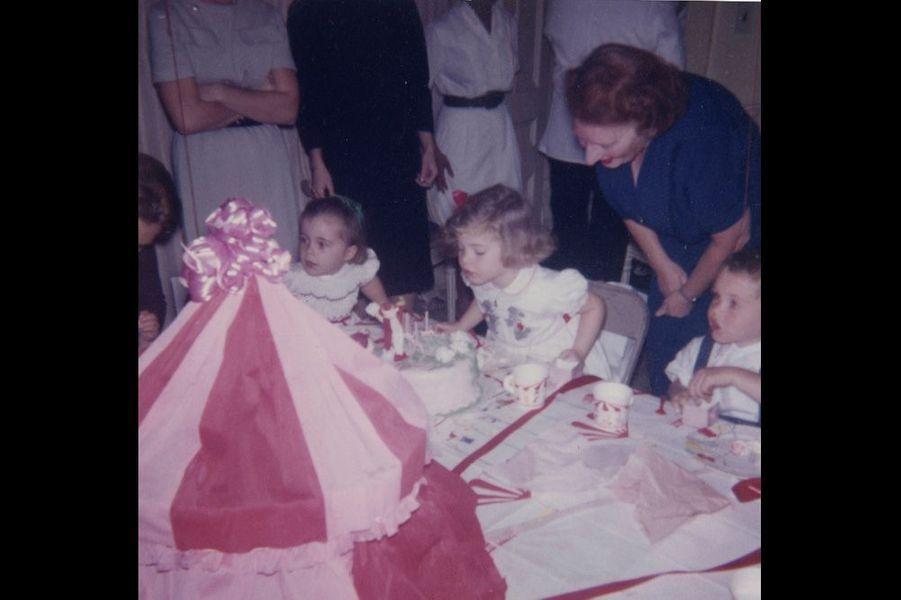 Caroline Kennedy souffle les bougies de son gâteau d'anniversaire.