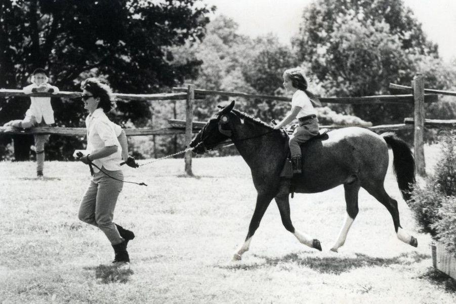 Jackie et Caroline Kennedy sur un poney, à Wexford, en Virginie.