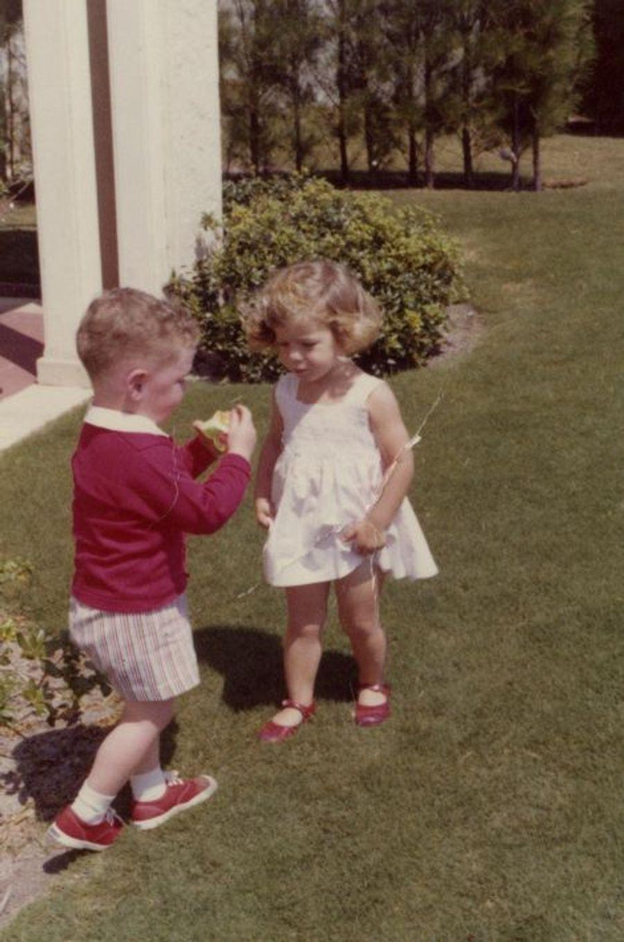 John F. Kennedy Jr. partage une pomme avec Caroline.