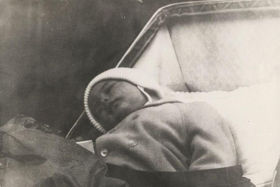 John Jr endormi dans son berceau