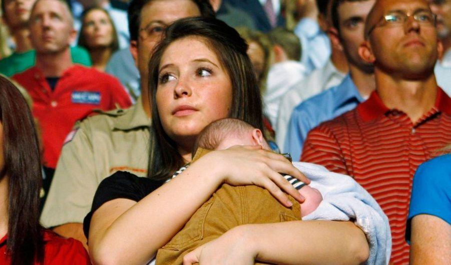 """Bristol Palin, la fille de l'ancienne candidate républicaine à la vice-présidence américaine, Sarah Palin, s'est séparée de son compagnon Levi Johnston, rapporte le magazine People mercredi. La rupture entre Bristol, 18 ans, et son fiancé s'est produite """"il y a plusieurs semaines"""", précise People citant une source proche du couple. Bristol, dont la grossesse avait été révélée pendant la campagne présidentielle, a donné naissance fin décembre à un petit garçon baptisé Tripp et qui est le fils de Levi Johnston."""