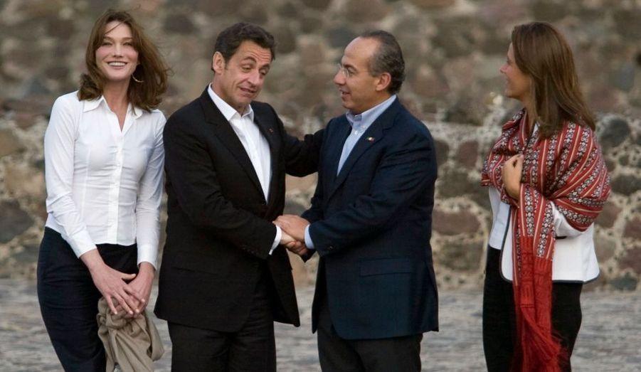 """Carla et Nicolas Sarkozy ont rencontré dimanche le couple présidentiel mexicain Margarita et Felipe Calderon à la mi-journée dans une hacienda de Placatecpan, à une heure trente de route de Mexico. Le chef de l'Etat français devait évoquer le cas Florence Cassez, qui a été condamnée en appel à 60 ans d'emprisonnement. Il devait essayer de convaincre son homologue de permettre son transfert vers la France, où elle pourrait purger une peine """"aménagée"""". Selon l'entourage élyséen, les deux dirigeants devraient s'exprimer ensemble sur ce dossier sensible lors de leur conférence de presse commune aujourd'hui à 17h40 GMT."""