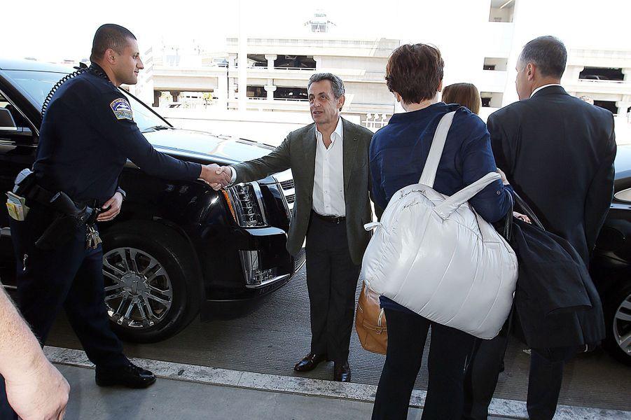 Nicolas Sarkozy avec son épouse Carla Bruni et Giulia, à l'aéroport de Los Angeles, le 16 avril 2016.
