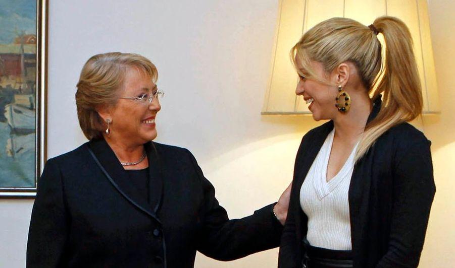 Shakira et la président chilienne Michelle Bachelet ont plaidé ensemble, dimanche, lors d'une conférence de presse commune à Lisbonne, la cause des enfants défavorisés d'Amérique latine. Toutes deux souhaitent en effet voir le sujet abordé lors du 19e sommet ibéro-américain qui se tient jusqu'à mardi à Estoril, près de la capitale portugaise. La chanteuse colombienne a fondé une association alors qu'elle avait dix-huit ans. Celle-ci lutte pour l'éducation des enfants en Amérique latine, et s'appelle Barefoot.
