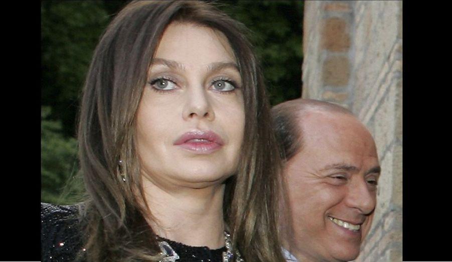 """L'épouse de Silvio Berlusconi, Veronica Lario, réclame plus de 3,5 millions d'euros par mois soit 43 millions d'euros par an de pension dans la procédure de divorce qu'elle a entamé en mai, raconte jeudi le quotidien Corriere della Sera. """"Quarante-trois millions d'euros par an (...) C'est le montant du chèque que Veronica Berlusconi aurait demandé dans le cadre de la procédure de séparation. Silvio Berlusconi aurait refusé, proposant 200 000 euros par mois, négociables jusqu'à 300 000"""", rapporte le journal citant des """"sources bien informées""""."""