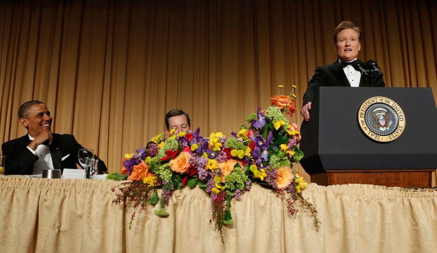 """Comme chaque année, le président américain s'est rendu au dîner des correspondants de la Maison blanche, un rendez-vous qui réunit politiques, personnalités des médias, acteurs et chanteurs. Barack Obama a ri du discours du présentateur Conan O'Brien, l'animateur de la soirée. Le réalisateur Steven Spielberg a aidé le président à remplir ses obligations humoristiques de la soirée en dévoilant son prochain projet après """"Lincoln"""": """"Obama"""", dans lequel le président sera incarné par... Daniel Day-Lewis (voir la vidéo)."""