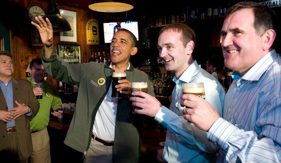 Barack Obama a effectué cette semaine une tournée en bus dans deux états-clés pour sa réélection, l'Ohio et la Pennsylvanie. Entre deux déplacements professionnels, il s'est accordé quelques moments de détente. L'occasion de découvrir en images ces petits instants amusants, tendres, ou insolites, capturés par les photographes depuis son élection.Ici, Barack Obama fête la Saint Patrick à Washington.