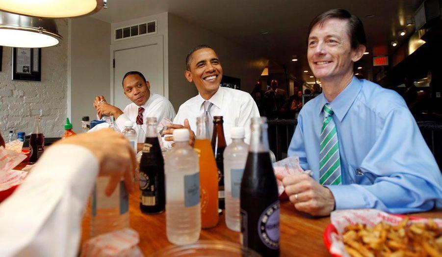 Entouré de son équipe, dans un fast-food de Washington en août 2011.