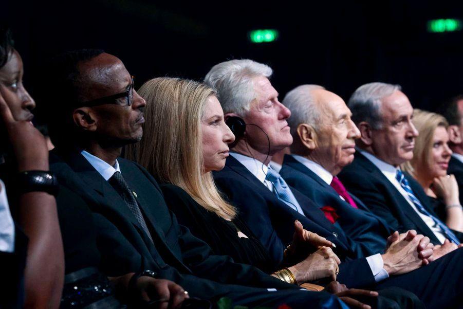 Le président du Rwanda Paul Kagame et sa femme Jeannette, Barbra Streisand, Bill Clinton, le Premier ministre israélien Benjamin Netanyahu et son épouse Sarah.