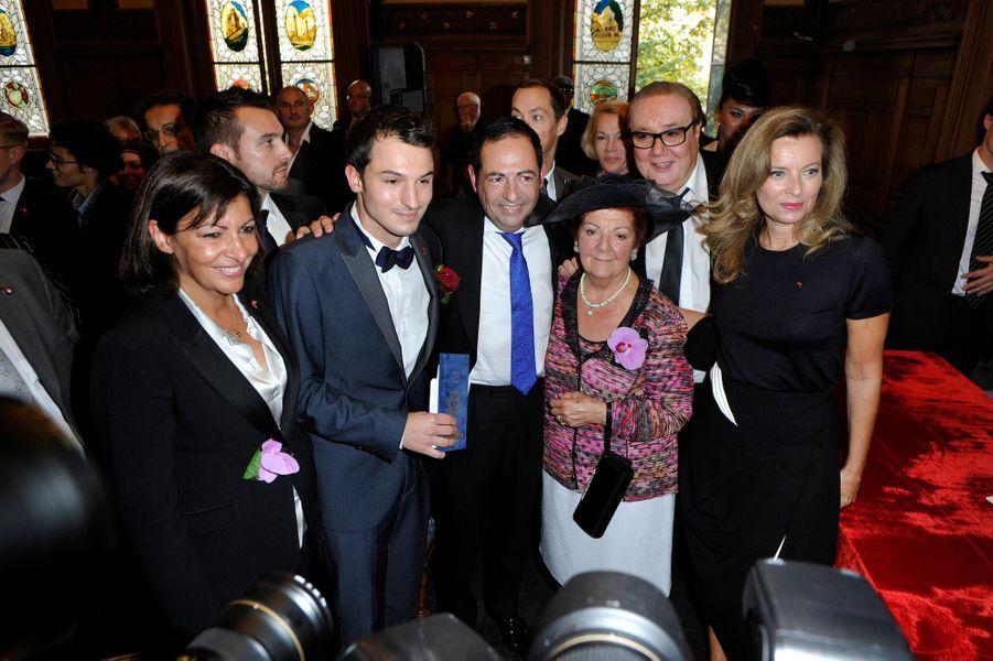 Les mariés, entourés d'Anne Hidalgo et Valérie Trierweiler