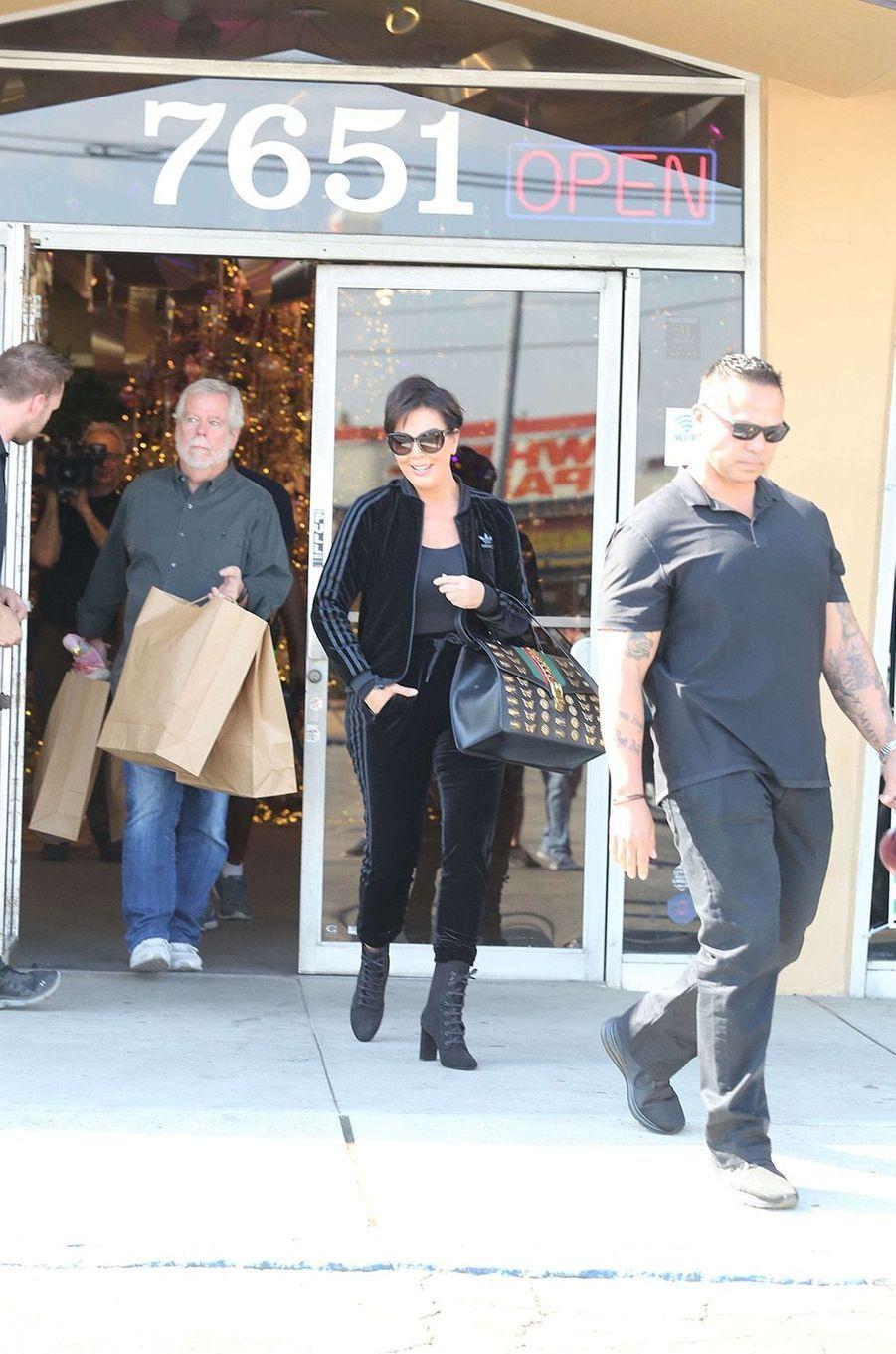 Kim Kardashian, Kourtney Kardashian et Kris Jenner font les courses de Noël, les 17 et 18 octobre 2017.