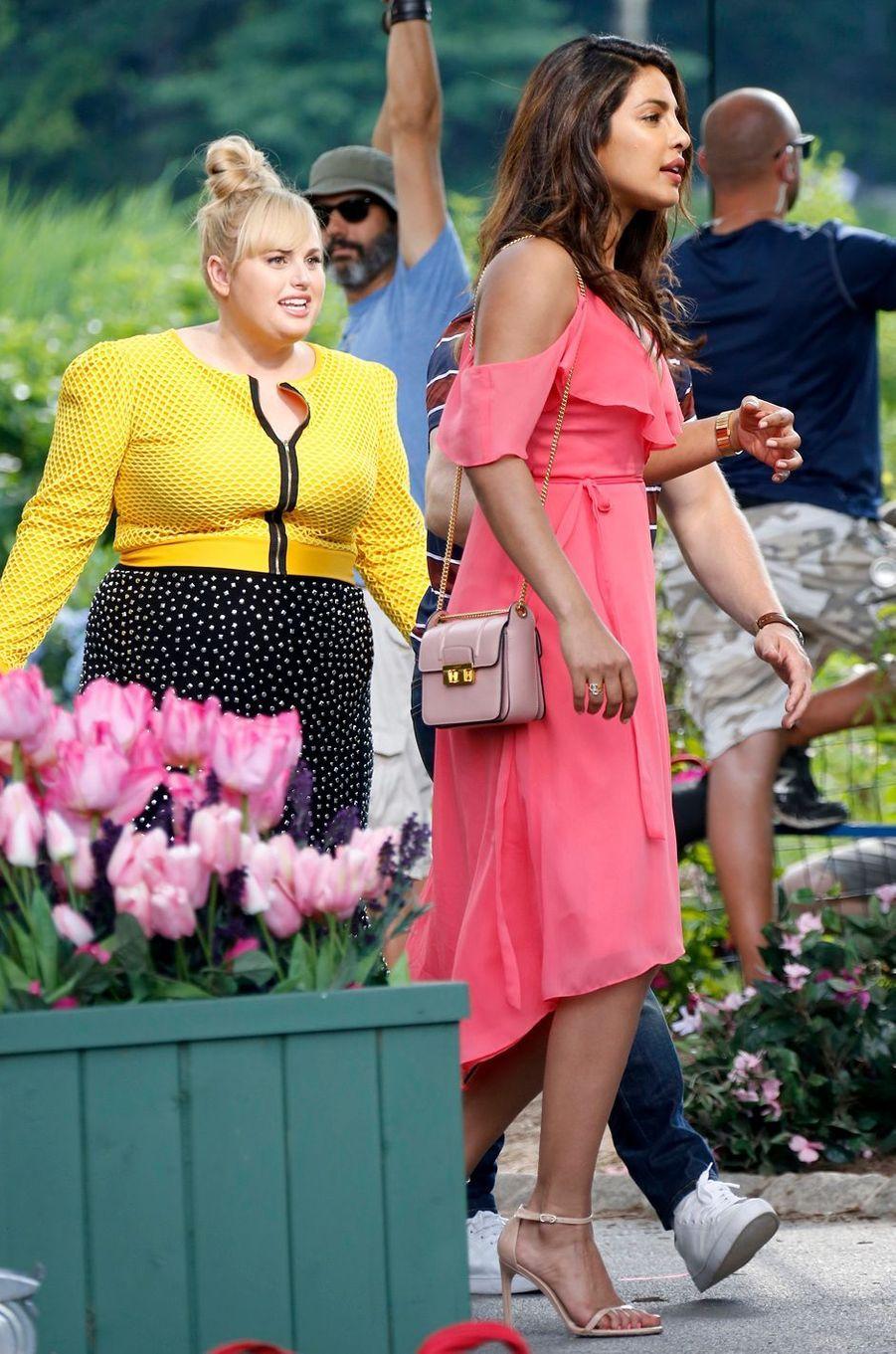 "Priyanka Chopra et Rebel Wilson sur le tournage de ""Isn't it romantic"", le 11 juillet 2017."