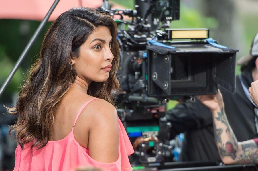 """Priyanka Chopra à Central Park sur le tournage de """"Isn't it romantic"""", le 11 juillet 2017."""