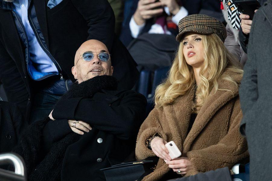 Pascal Obispo et sa femme Julie Hantsondans les tribunes du match opposant le PSG à Bordeaux, au Parc des Princes de Paris, le 23 février 2020. Le PSG a gagné 4-3.