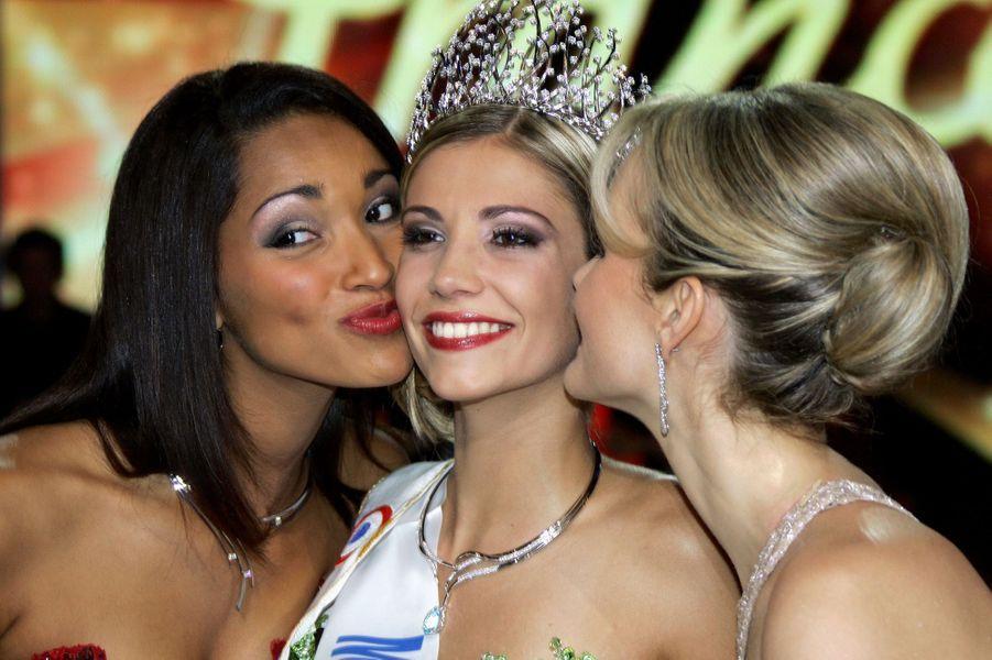 Alexandra Rosenfeld (au côté de Cindy Fabre, Miss France 2005, et Laeticia Hallyday, présidente du jury),est sacrée Miss France 2006 à Cannes le 3 décembre 2005