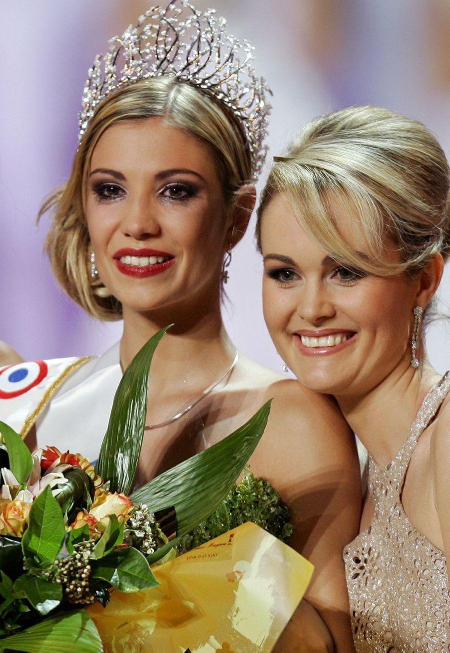 Alexandra Rosenfeld (au côté de Laeticia Hallyday, présidente du jury),est sacrée Miss France 2006 à Cannes le 3 décembre 2005