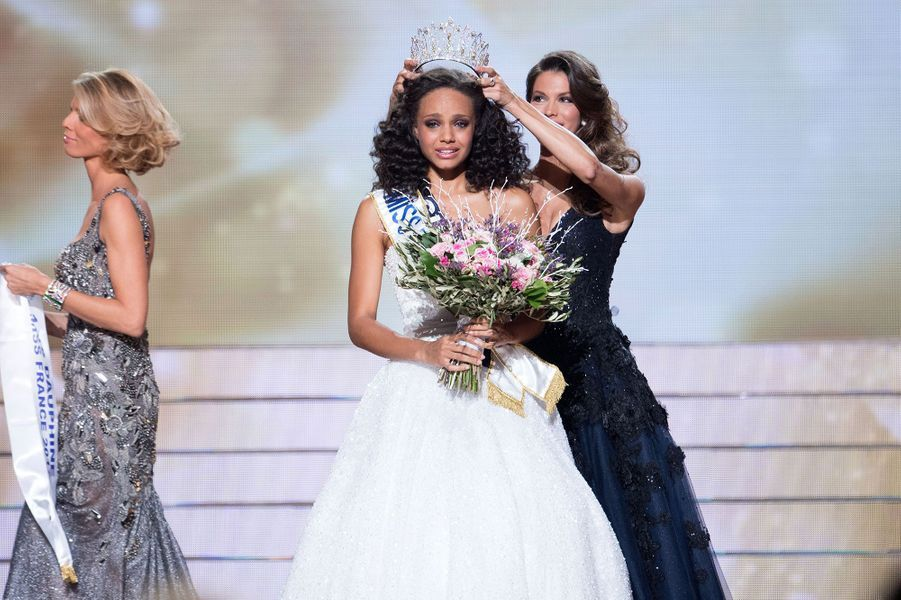 Alicia Aylies (couronnée par Iris Mittenaere) est sacrée Miss France 2017 à Montpellier le 17 décembre 2016